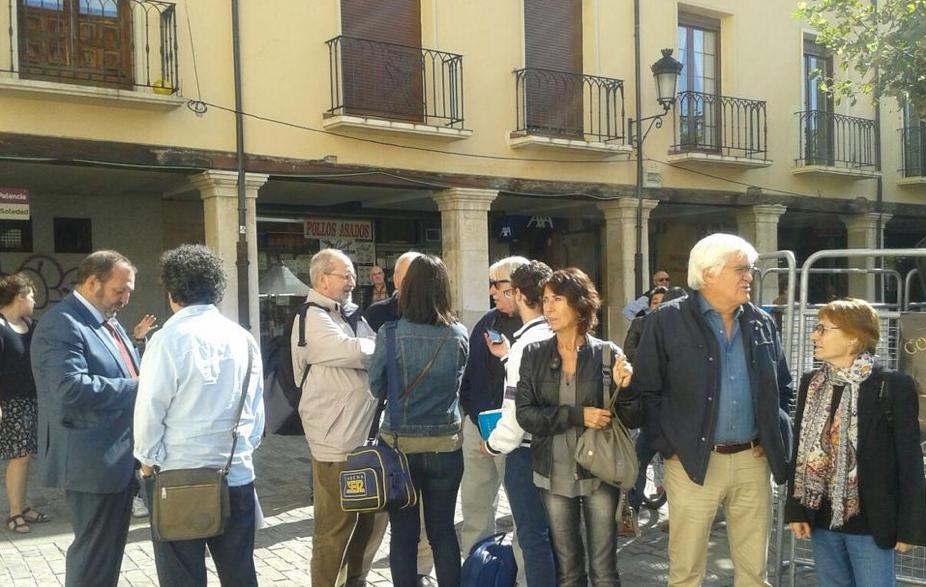 Los compañeros Pérez, Tubau y Roncero respondiendo a la prensa junto a las compañeras Nati, Kutxi y Chato.
