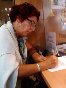 Luisa Cuevas firma denuncia en el Consulado Argentino