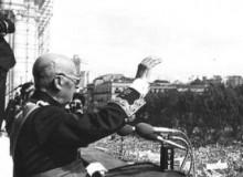 """Franco, en octubre de 1975 en la plaza de Oriente, cuando calificó de """"conspiración masónica izquierdista"""" la repulsa mundial a las cinco ejecuciones de septiembre del mismo año .- EFE"""
